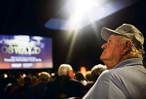 Entinen poliisi Jerry Pollard, 78, palasi Texas Theatreen yhdessä työtovereidensa kanssa. Miehet jahtasivat Kennedyn murhaajaa.