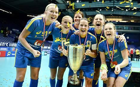 Ruotsalaisnaiset tuulettavat salibandyn maailmanmestaruutta Ostravassa Tsekinmaalla joulukuussa.