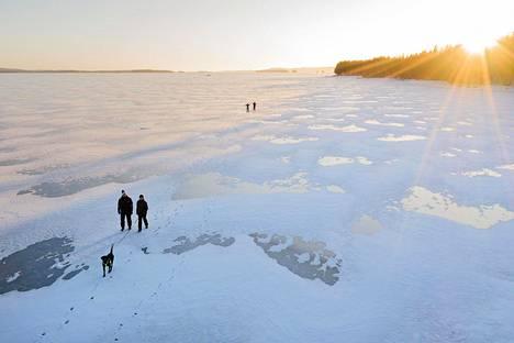Maanantain jälkeen vuorossa on aurinkoisia pakkaspäiviä. Ihmisiä sunnuntaikävelyllä Pielisen jäällä tammikuun alussa.