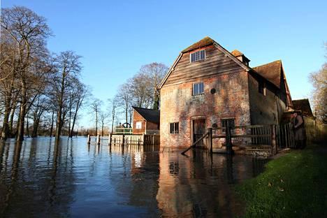 Mapledurhamin vesimylly Thamesin rannalla Oxfordshiressa.