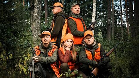 Juhis (Kari Ketonen, vas.), Johan (Taneli Mäkelä), Petriina (Saimi Kahri), Petri (Turkka Mastomäki) ja Tommi (Antti Luusuaniemi) ovat valmiina metsästysretkeen.