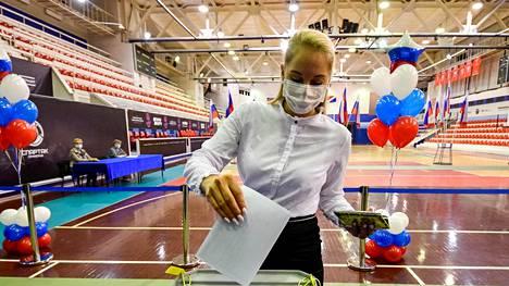 Äänestäjä antoi äänensä perustuslakimuutoksia koskevassa kansanäänestyksessä torstaina Vladivostokissa.
