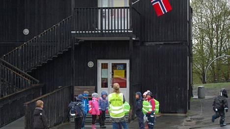 Pienet oppilaat odottivat Baerumin koulun edustalla Oslon länsipuolella maanantaina 27. huhtikuuta, kun Norja alkoi avata koulujaan.