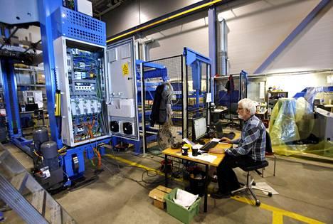 Tältä näyttää nykypäivän tehdastyö. Se on siistiä, mutta korkeaa koulutusta vaativaa. Jyrki Kortesmäki työskentelee tietokoneella Fastemsin tehtaalla Tampereella. Jo 60 prosenttia Fastemsin insinööreistä on ohjelmoijia.
