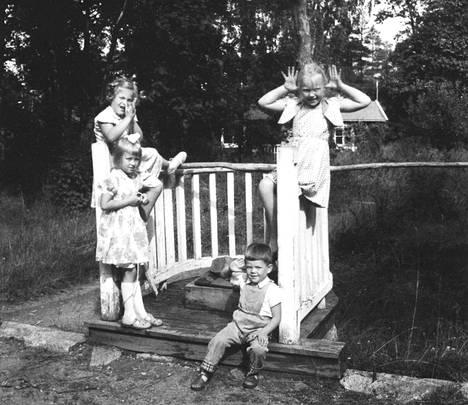 Kesäasukkaiden lapsia Villa Kissingen kaivolla. Kuvan ottamisen ajankohta on tuntematon.