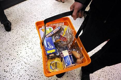 Osan kuluttajista vaikea taloudellinen aika on pakottanut säästäväisemmiksi. Esimerkiksi kaupan omien merkkien osuus ostoksista on lisääntynyt rajusti.