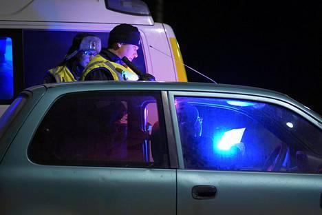 Poliisi tarkasti Uudenmaan eristyksen alkaessa 28. maaliskuuta Hyvinkäällä Uudeltamaalta pois pyrkiviä autoilijoita. Eristys jatkui kaksi ja puoli viikkoa.