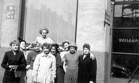 """""""Ruusulankadun keilahallin edustalla hallin keilatytöt, jotka siihen aikaan keräsivät keilat ja laittoivat paikoilleen. Äitini on tyttöjen joukossa vuonna 1953"""", kertoo Pirkko Turpeinen."""