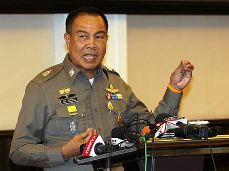 Poliisipäällikkö Somyot Pumpanmuang luovutti vihjepalkkioksi luvatut miljoonat poliisille. Kuva ei ole maanantaisesta tiedotustilaisuudesta vaan aiemmasta.