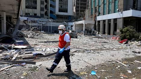 Libanonin Punaista Ristiä edustava mies käveli tuhoutuneella alueella Libanonin pääkaupungissa Beirutissa keskiviikkona.