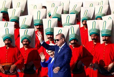 Osmanien valtakunnan sotilasasut olivat tärkeässä osassa tilaisuudessa, jossa Turkin presidentti Recep Tayyip Erdoğan ja hänen vaimonsa Emine Erdoğan juhlistivat Istanbulin valtauksen 563-vuotispäivää toukokuussa 2016. Osmanit valtasivat silloisen Konstantinopolin Bysantilta eli Itä-Roomalta.