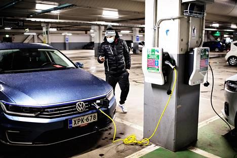 Sähköautojen latauspiste Olarin Prismassa. Espoolainen Tomi Ståhlhammar latasi hybridiautoaan Prisman parkkipaikalle sijaitsevassa latauspisteessä. Hänen mielestä uudet latausasemat eivät vaikuta siihen missä käy ostoksilla, koska latausaika jää ostosten aikana liian lyhyeksi.