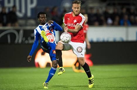Anthony Annan (HJK) ja Mika Väyrynen, taistelivat pallosta viime kesän paikallisottelussa.