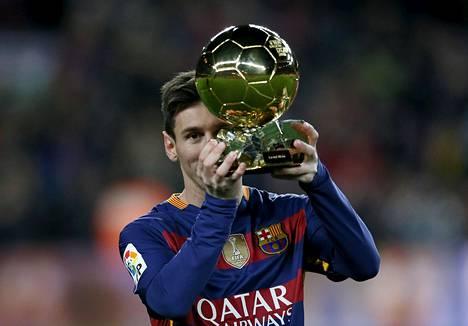 Lionel Messi esitteli maailman parhaan jalkapalloilijan palkinto Barcelonan ottelussa.