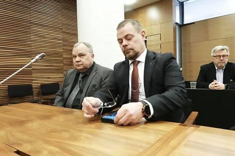 Oikealla keskusrikospoliisin päällikkö Robin Lardot ja vasemmalla hänen asianajajansa Martti Juvonen hovioikeuden käsittelyssä perjantaiaamuna.
