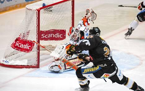 Näin Juha-Pekka Haataja iski kiekon HPK:n maaliin marraskuun lopulla.