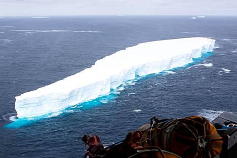 Yksi maailman suurimmista jäävuorista seilasi viimeisinä hetkinään lähellä Etelä-Georgian saarta Etelä-Atlantilla.