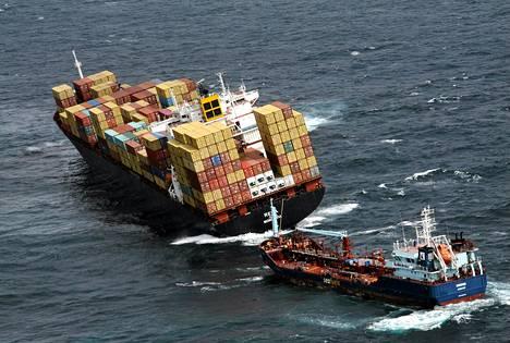 Rena-aluksesta vuotaa öljyä mereen.