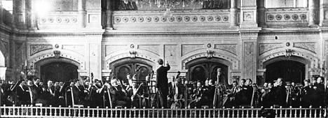 Helsingin orkesteriyhdistys eli nykyinen Helsingin kaupunginorkesteri konsertoi 1800-luvulla Palokunnantalolla. Kapellimestarina toimi orkesterin perustaja Robert Kajanus.