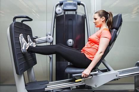 Jos jalkaprässissä pitää takapuolen kiinni penkissä, painomäärä kohdistuu suoraan selkärankaan. Tämä voi altistaa välilevyn repeytymälle.