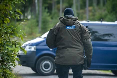 Poliiseja tiesululla Airiston helmen kiinteistöön vievällä tiellä Ybbernäsissä lauantaina.