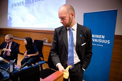 Sekä sinisen tulevaisuuden puheenjohtaja Sampo Terho (oik.) että eduskuntaryhmän puheenjohtaja Simon Elo ovat ehdolla eduskuntavaaleissa. Puolueen 2. varapuheenjohtaja Tiina Elovaara ei ole vielä tehnyt päätöstään.