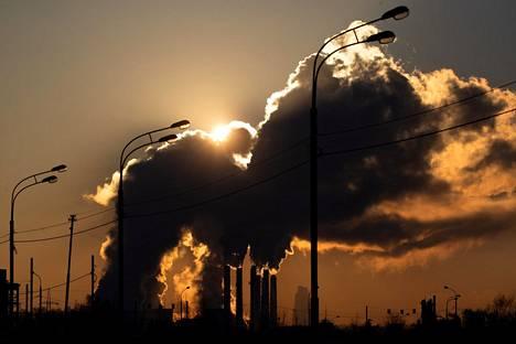 Höyryä nousi voimalaitoksen piipuista Moskovassa joulukuussa.