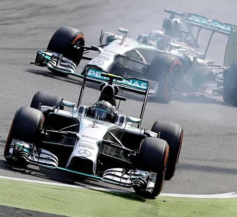 Mercedeksen Lewis Hamilton (takana) voitti kisan vanavedessään tallikaveri Nico Rosberg, joka ajautui radalta ulos kaksi kertaa.