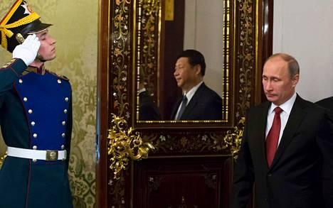 Venäjän presidentti Vladimir Putin (oik.) ja Kiinan presidentti Xi Jinping (peilissä) neuvottelivat perjantaina Kremlissä.