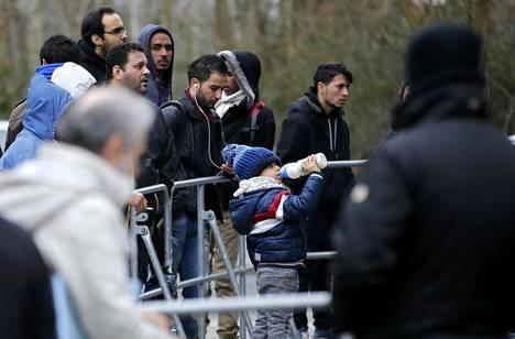 Pakolaiset jonottivat päästäkseen rekisteröitymään maahanmuuttoviranomaisille Berliinin Spandaussa perjantaina. Viime vuonna 1,1 miljoonaa ihmistä haki turvapaikkaa Saksasta.