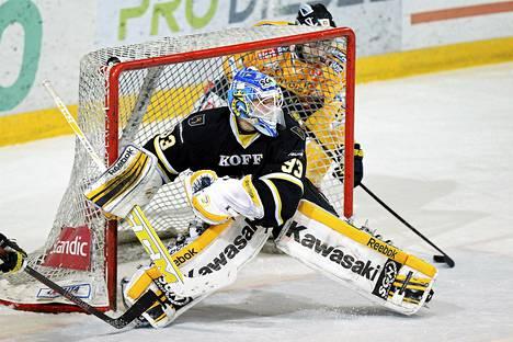 Jani Nieminen (#93, Blues) hortoilee maalilta ja Steven Zalewski (#15, Lukko) pääsee yllättämään ja tekee ratkaisumaalin jääkiekon Liigan neljännesfinaalisarjan ottelussa Espoon Blues vs. Rauman Lukko.