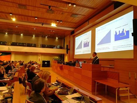 Kaupunginjohtaja Jukka Mäkelä esitteli Espoon valtuutetuille kunnallisverojen kehitysarviota keskiviikkona valtuuston kokouksen alussa.