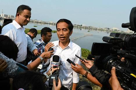 Indonesialainen presidenttiehdokas Joko Widodo (kesk.) puhui toimittajille Jakartassa 22. heinäkuuta.