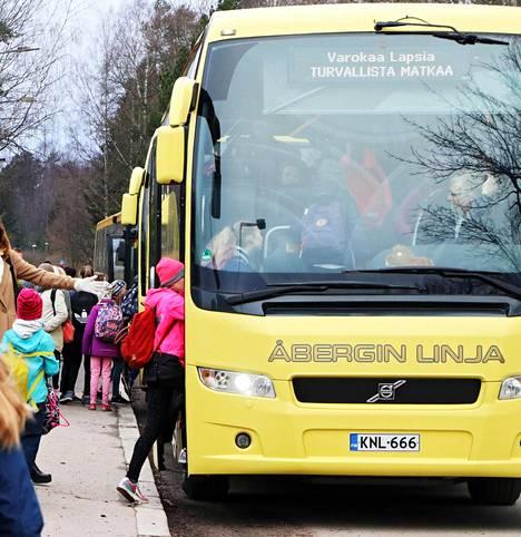 Aarnivalkean koululaisia matkalla väistötiloihin toiselle puolelle kaupunkia huhtikuussa 2017.