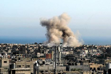 Savu nousi Gazan Rafahissa Israelin ilmaiskun jälkeen lauantaina.