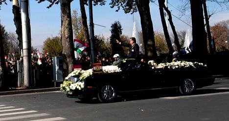 Uudelleenvalittu Tadžikistanin presidentti Emomali Rahmon saapui Dustin aukiolle Dušanbessa kukkakoristeisella Bentleyllä.