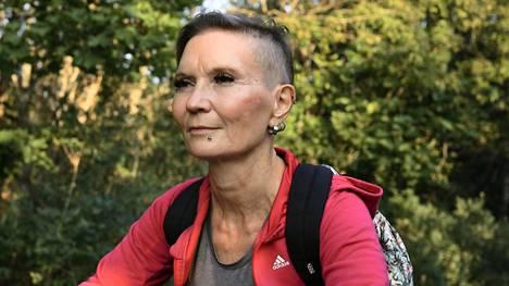 Tytti Peltonen haalii koko ajan lisätöitä. Hän tekee esimerkiksi lähihoitajana kaksi vuoroa putkeen ja keikkoja taidemallina.