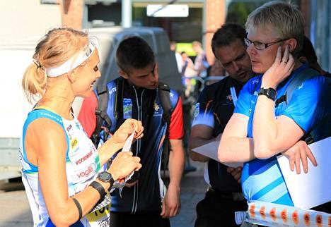 Päävalmentaja Juha Taini (oik.) kuunteli keskiviikkona Imatralla Minna Kaupin raporttia sprinttikisan sujumisesta.