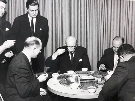 Presidentti Urho Kekkonen maistaa Lejoksen maahantuomaa kahvia. Hänen oikealla puolellaan istuu pääkonsuli Erik Juuranto.