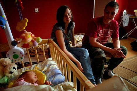 Monika Zych muutti Artur Lyczkowskin kanssa avoliittoon Monikan hartaasti uskovaisten vanhempien vastustuksesta huolimatta. Pariskunta ei aio kastaa Roksana-vauvaa katolilaiseksi