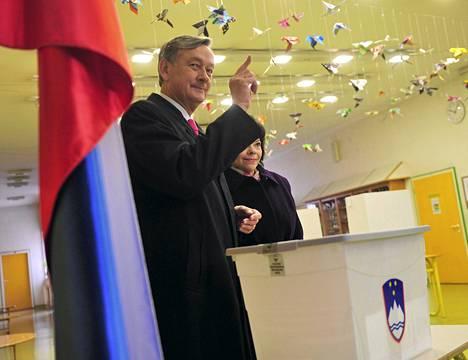 Danilo Turk kävi vaimonsa kanssa äänestämässä Ljubljanassa sunnuntaiaamuna.