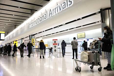 Matkustajia Lontoon Heathrown lentokentällä 14. helmikuuta 2021.