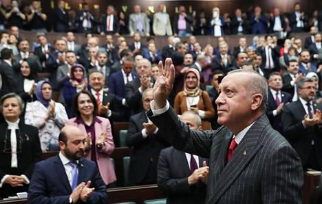 Recep Tayyip Erdoğan tervehti puoluetovereitaan parlamentissa Ankarassa tiistaina.