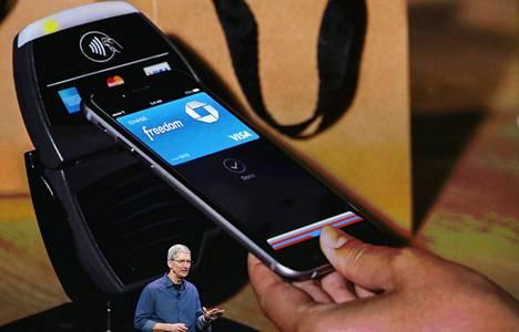 Applen toimitusjohtaja Tim Cook esitteli tiistaina, kuinka uusia iPhone-puhelimia voi käyttää maksukortin tavoin.