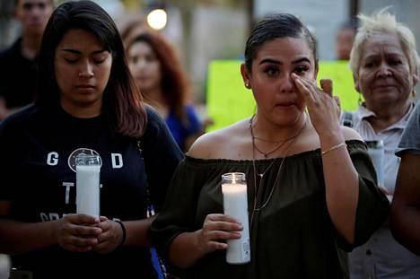 Nuorten luvattomien maahanmuuttajien armahdusohjelman piirissä olevat Jennifer Hernandez (vas.) and Paola Rodriguez osallistuivat kynttilämielenosoitukseen ohjelman puolesta El Pasossa Texasissa tiistaina.
