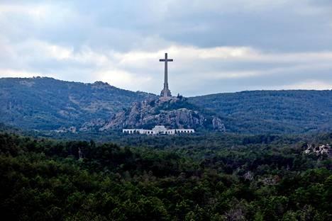 Kaatuneiden laakson 150 metriä korkea risti näkyy kauas. Diktaattori Francisco Franco on ollut haudattuna ristin alla kallion uumenissa sijaitsevaan kirkkoon.