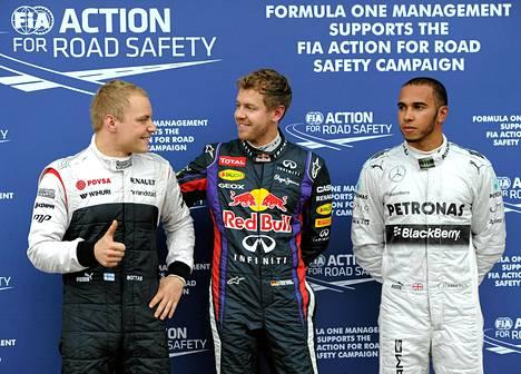 Aika-ajon voittanut Sebastian Vettel onnitteli Valtteri Bottasta. Lewis Hamilton oli vakavana.