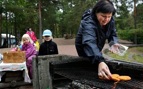 Annika Koponen (oik.) ja Anita Enckell tapaavat Viherkallion grillillä. Julia Nurmi ja Maximilian Carpelan saivat perjantaina pihvejä.