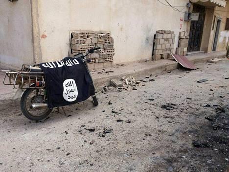 Äärijärjestö Isisin hylätty lippu Palmyrassa sunnuntaina, kuvan välittämän Syyrian uutistoimiston Sanan mukaan.