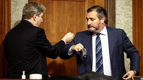 Louisianan senaattori John Kennedy ja Teksasin senaattori Ted Cruz tekivät kyynärpäätervehdyksen senaatissa 17. marraskuuta. Kumpikaan ei aio vahvistaa presidentinvaalien tulosta.